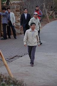 roh-moo-hyun-walks1.jpg